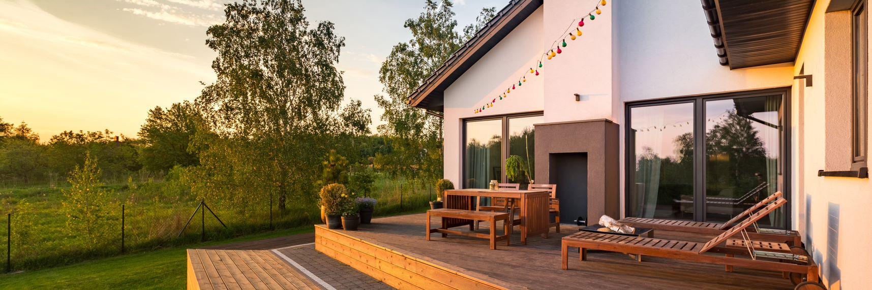La terrasse plein Sud un espace chaleureux en soirée.