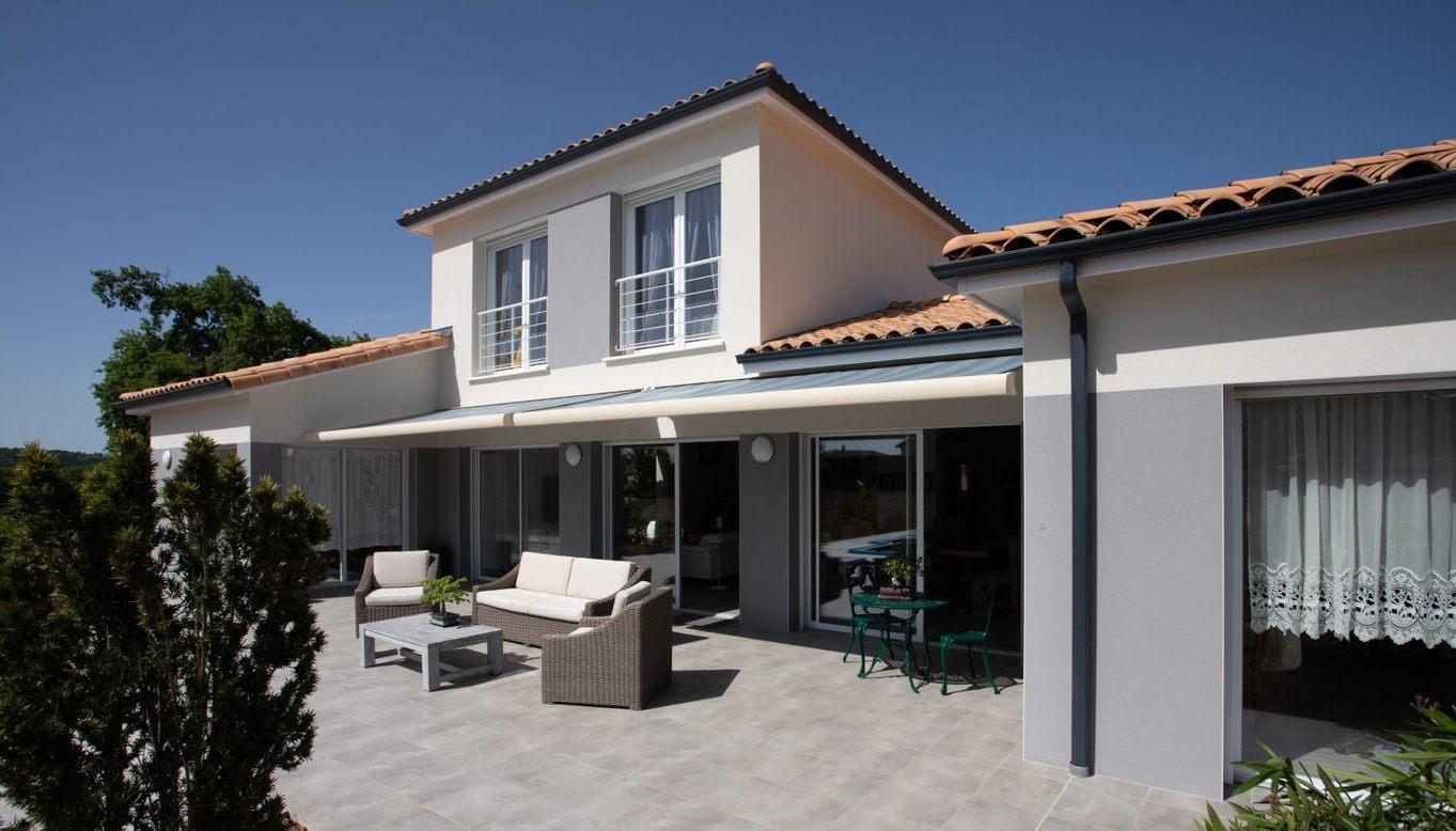 Contruire sa maison autour d'une terrasse exposée plein Sud